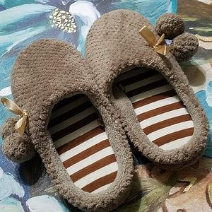 NWOT! CUTE GOLD TOE BROWN AND WHITE SLIPPERS